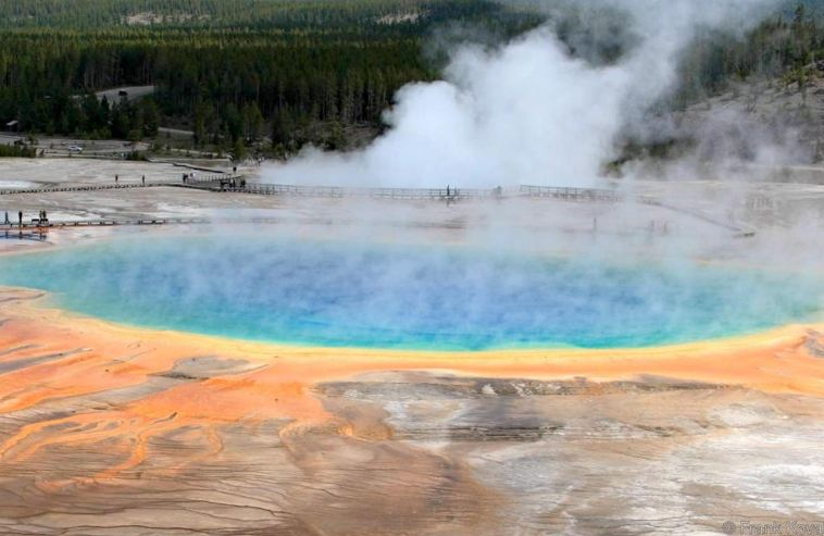 دراسة علمية تؤيد فرضية داروين: سقوط النيازك في بحيرات مياه ساخنة كان سبب ظهور الحياة على الأرض
