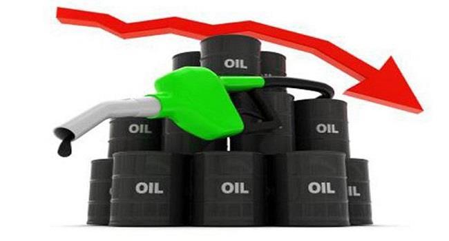 النفط يهبط مع تنامي المعروض الأميركي والروسي والأنظار على قمة سنغافورة