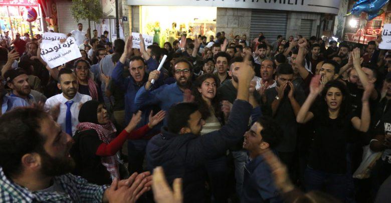 خفض رواتب موظفي السلطة الفلسطينية بغزة يسلب بهجة العيد