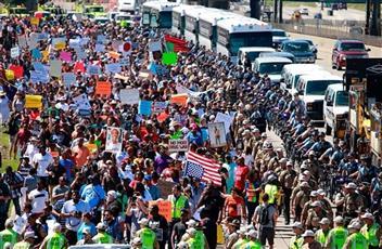 محتجون يغلقون طريقا سريعا رئيسيا في شيكاغو
