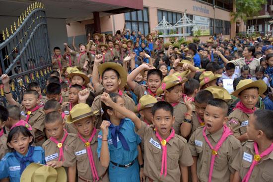 بالصور | طلاب تايلاند أمام مستشفى أطفال الكهف للتضامن معهم