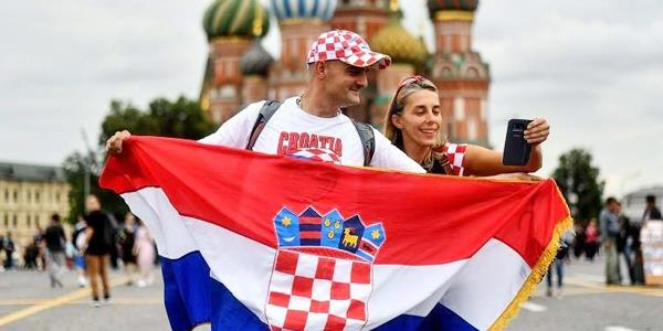 قبل مواجهة إنجلترا.. مشجعو كرواتيا يشكرون روسيا على طريقتهم الخاصة