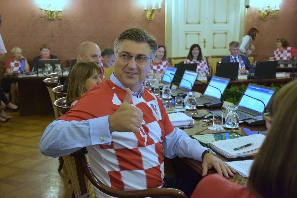 حكومة كرواتيا تعقد اجتماعها بزي المنتخب احتفالا بوصوله لنهائي كأس العالم