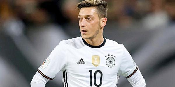 أوزيل يعتزل اللعب الدولي مع ألمانيا بسبب.. «الإهانة العنصرية»