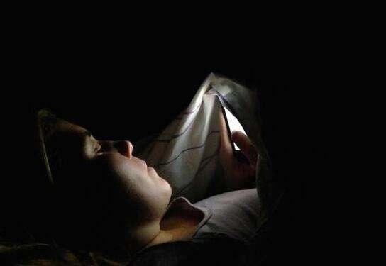 دراسة إيطالية | سرعة الإنترنت العالية تحرمك من النوم