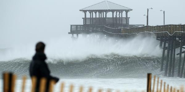 رياح «فلورنس» تضرب ساحل كارولاينا الشمالية.. وتحذيرات من سيول جارفة