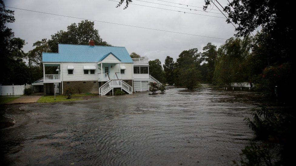 """إعصار فلورنس: انقطاع الكهرباء عن 100 ألف منزل ومخاوف من \""""فيضانات كارثية\"""""""