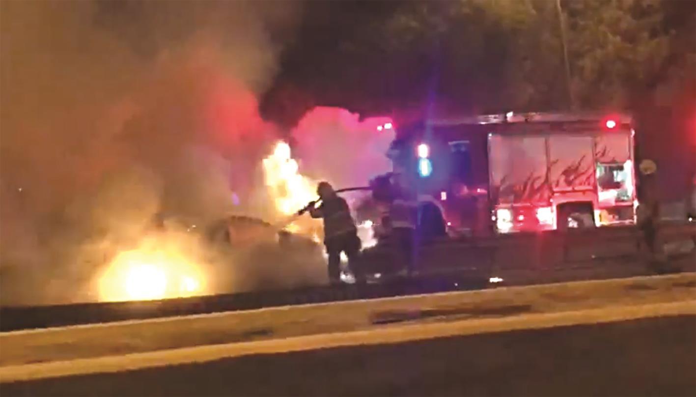 تصادم أشعل سيارة وأصاب مواطناً