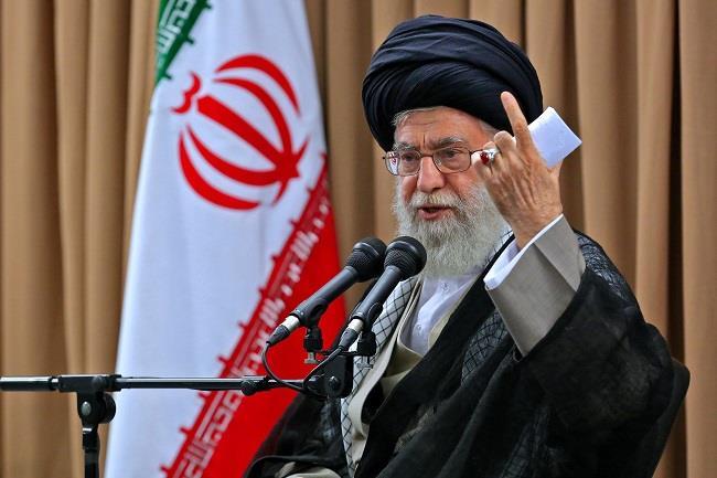 خامنئي يطلب من المسؤولين الإيرانيين حل الأزمة الاقتصادية