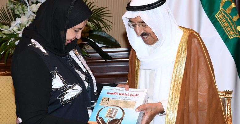 سعاد الصباح تهدي سمو الأمير كتاب «تاريخ إذاعة الكويت»