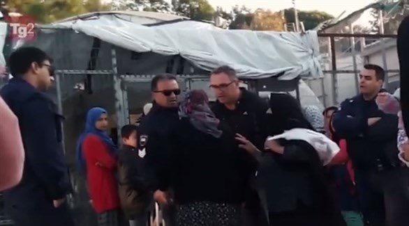 اليونان.. الشرطة توقف ضابطاً عن العمل بسبب لاجئة مسنة