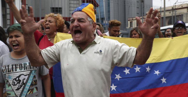 فنزويليون معارضون لمادورو يقتحمون سفارة بلادهم في البيرو