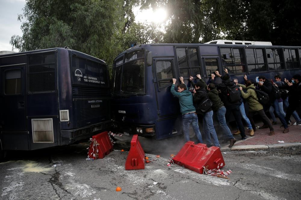الشرطة اليونانية تطلق الغاز المسيل للدموع على معلمين محتجين في أثينا