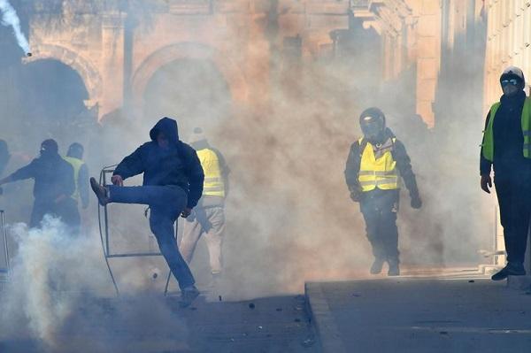 اعتقالات ومواجهات مع عودة السترات الصفراء إلى باريس