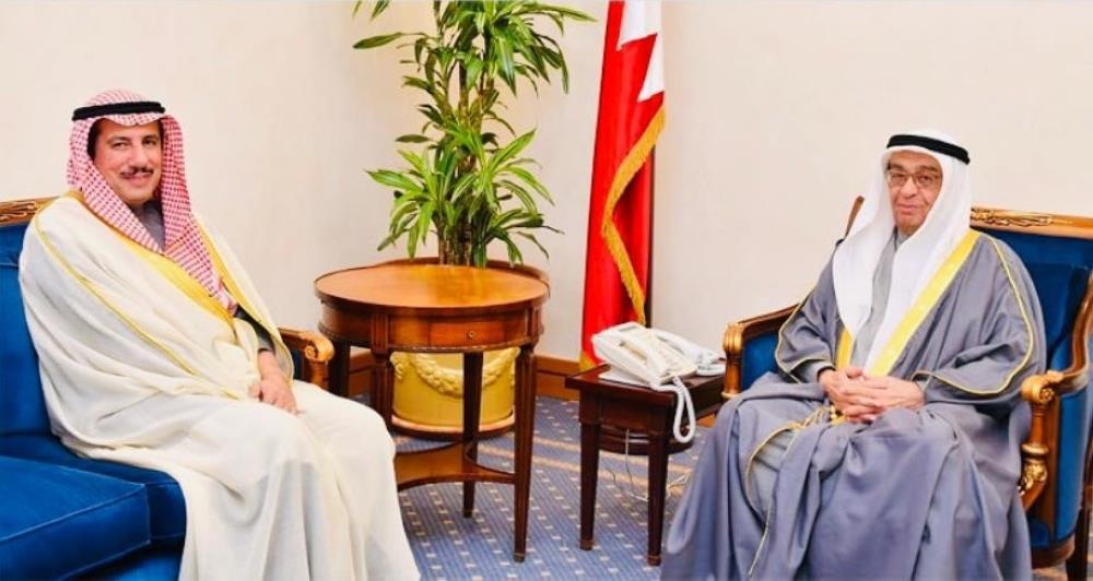 نائب رئيس الوزراء البحريني يستعرض مع السفير الكويتي العلاقات الأخوية