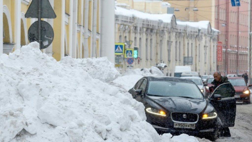 فوضى واستياء في سان بطرسبورغ بسبب كميات قياسية من الثلوج