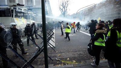 اشتباكات بين محتجي «السترات الصفراء» والشرطة بباريس
