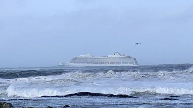 بدء إخلاء سفينة تقل 1300 شخص في النرويج إثر عطل في محركها