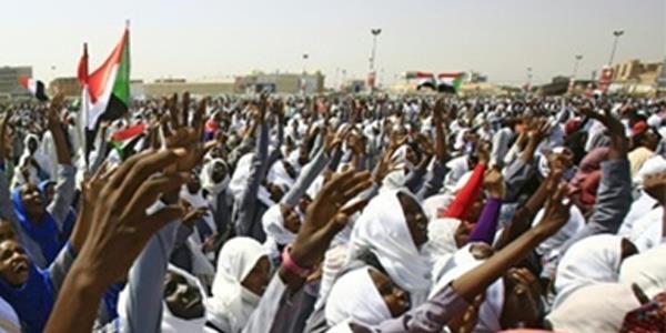 منظمو الاحتجاجات في السودان يطالبون بإقالة رئيس السلطة القضائية والنائب العام