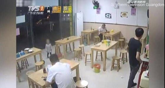 أب ( يرهن) ابنته في مطعم مقابل وجبة