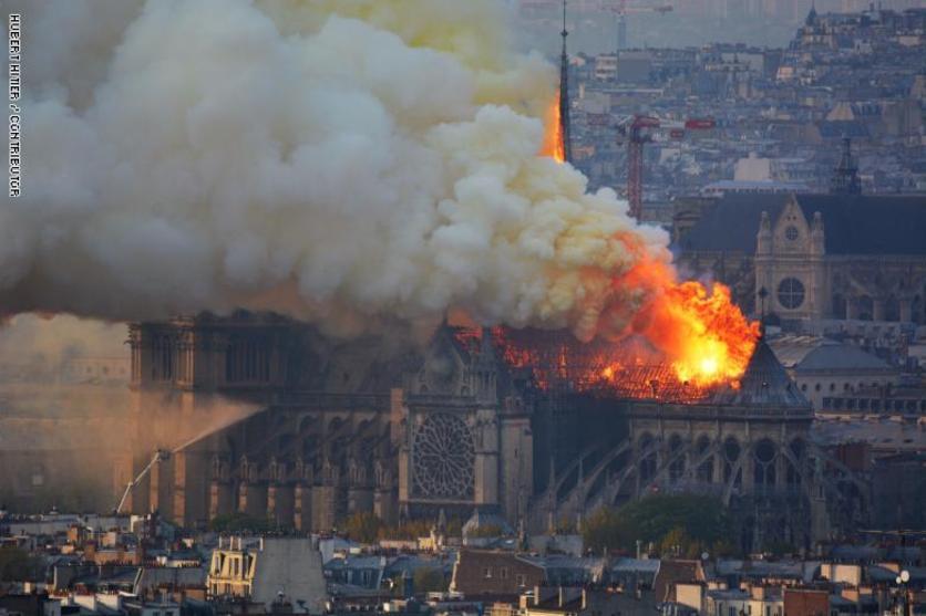 إخماد حريق كاتدرائية نوتردام بالكامل