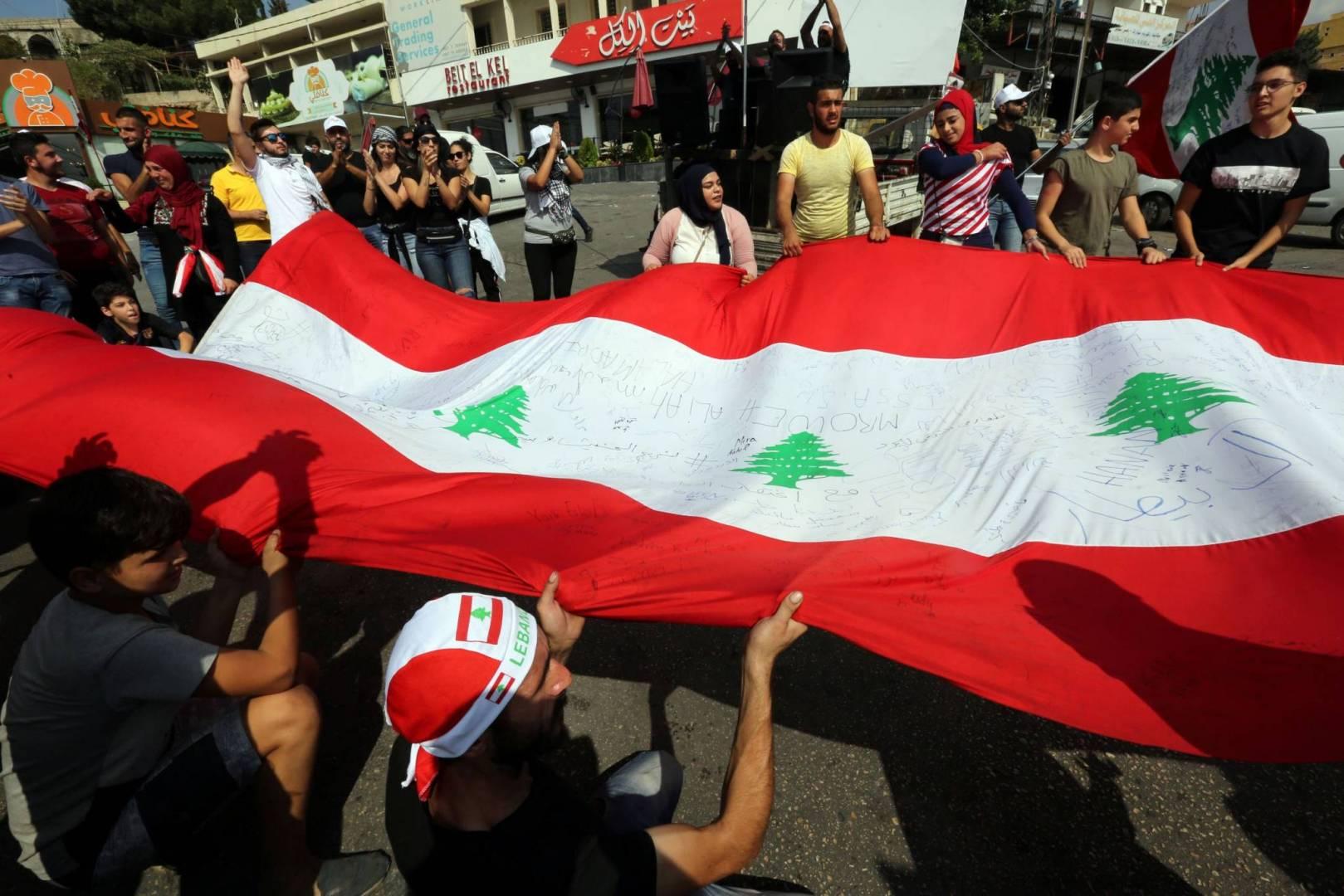 المتظاهرون في لبنان يواصلون احتجاجاتهم