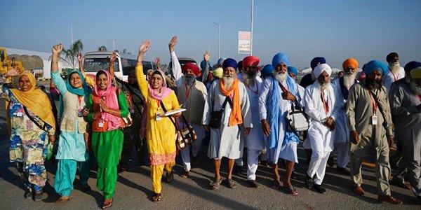 آلاف الهنود السيخ يحجون إلى ضريح «غورو ناناك» في باكستان