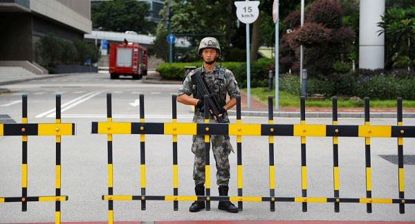 قائد شرطة هونغ كونغ يحض المحتجين على السلمية قبل مسيرة ضخمة