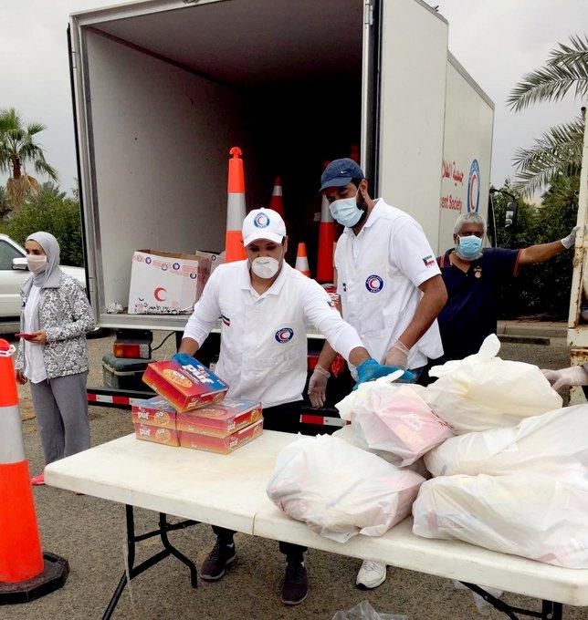 «الهلال الأحمر» توزع 3 آلاف سلة غذائية على عمال جامعة الكويت.. و«التطبيقي»