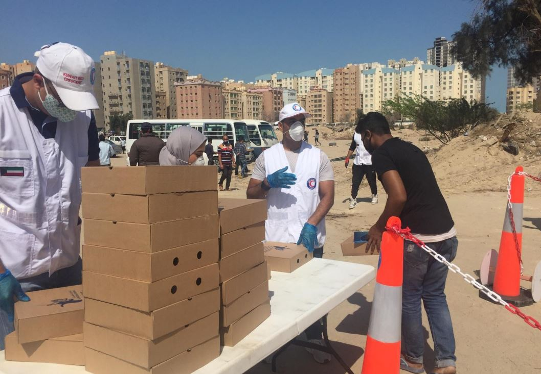 «الهلال الأحمر» تواصل توزيع الوجبات الغذائية على العمال.. ودعم الأسر المحتاجة