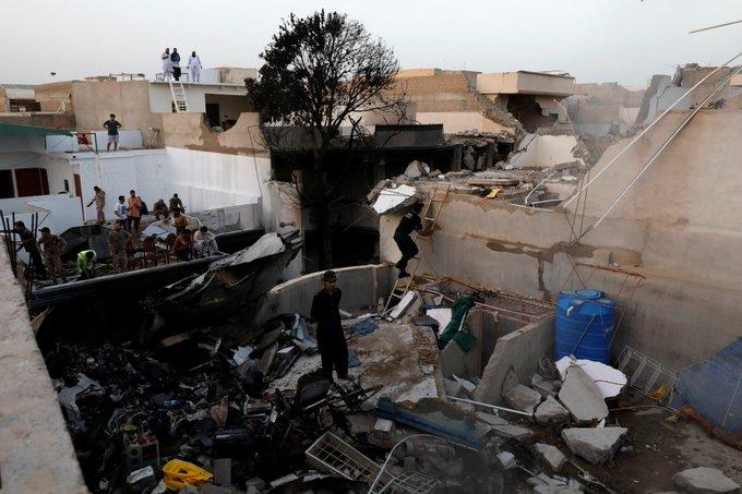 انتشال الصندوقين الأسودين من موقع تحطم طائرة الركاب في كراتشي
