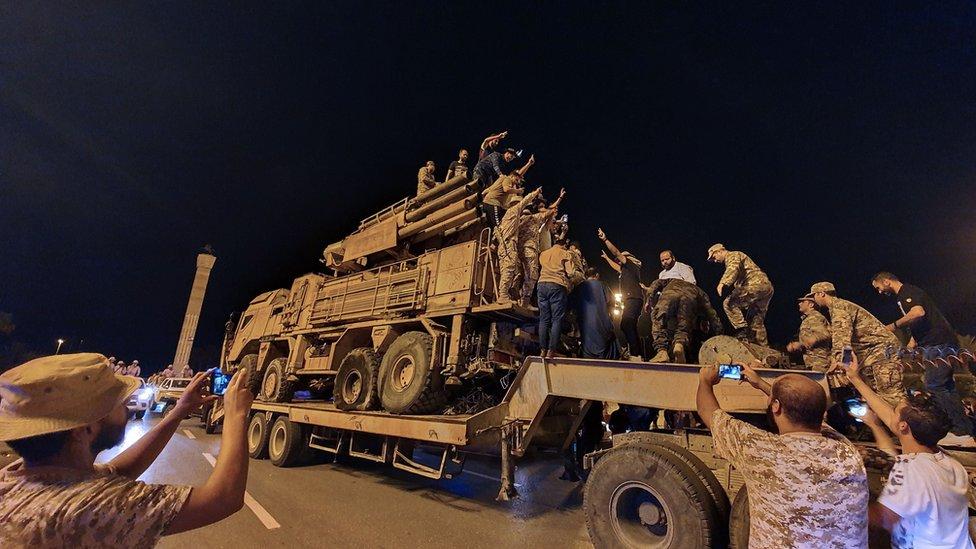 """الحرب في ليبيا: هل تعزز روسيا دعم خليفة حفتر بعد خسارته قاعدة """"الوطية"""" لصالح حكومة الوفاق بقيادة فايز السراج؟"""