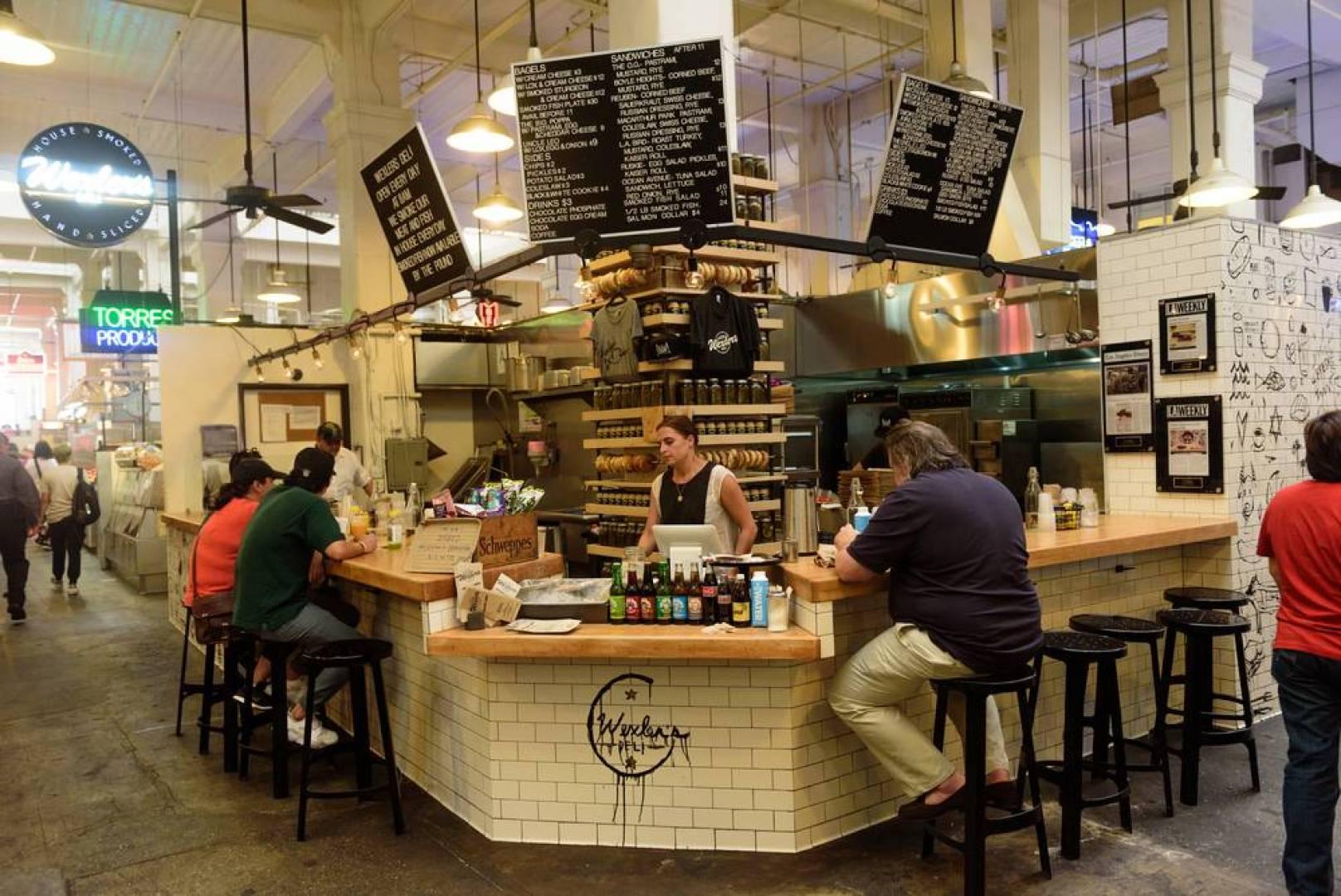 لوس أنجلوس تسمح للمطاعم وصالون تصفيف الشعر بإعادة فتح أبوابها