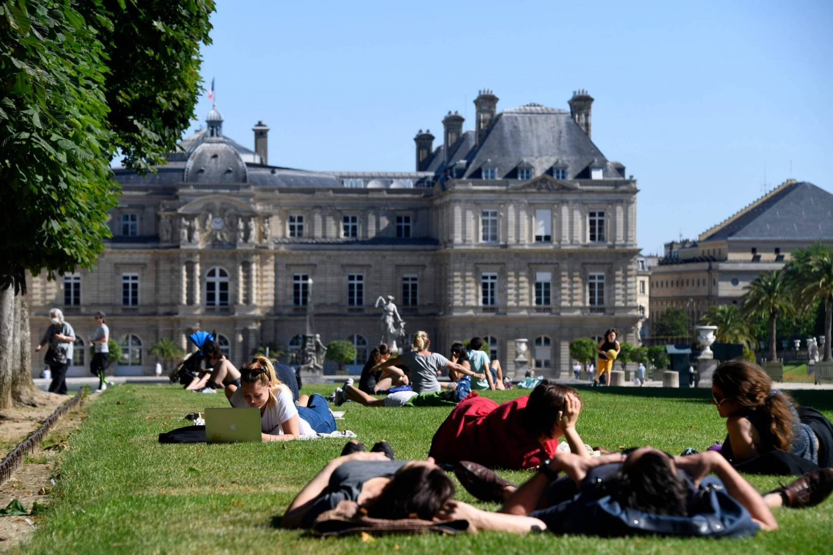سكان باريس يتوافدون على المتنزهات مع تخفيف قيود كورونا