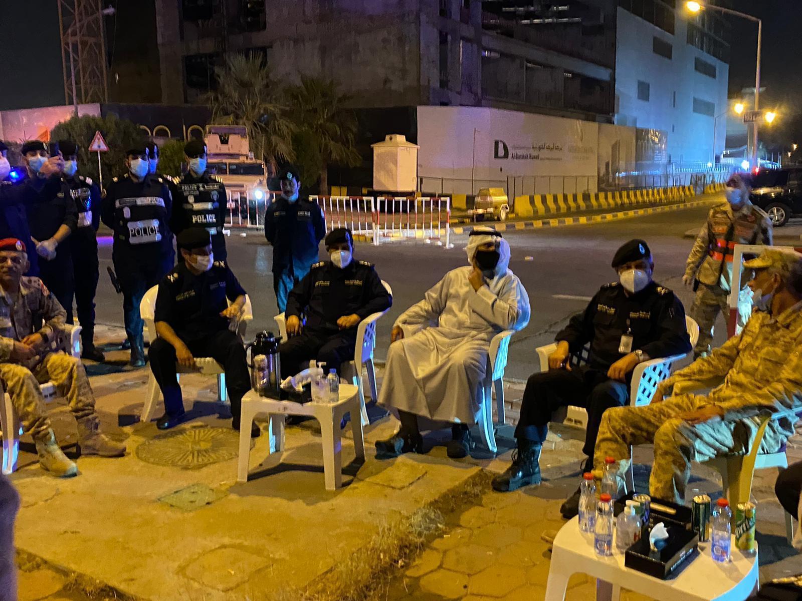 وزير الداخلية يتفقد النقاط الأمنية في مناطق «العزل»