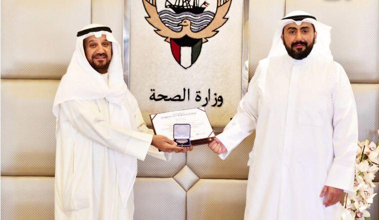 وزير الصحة يكرم بورحمه لحصوله على جائزة «الصحة العالمية» في مكافحة التدخين