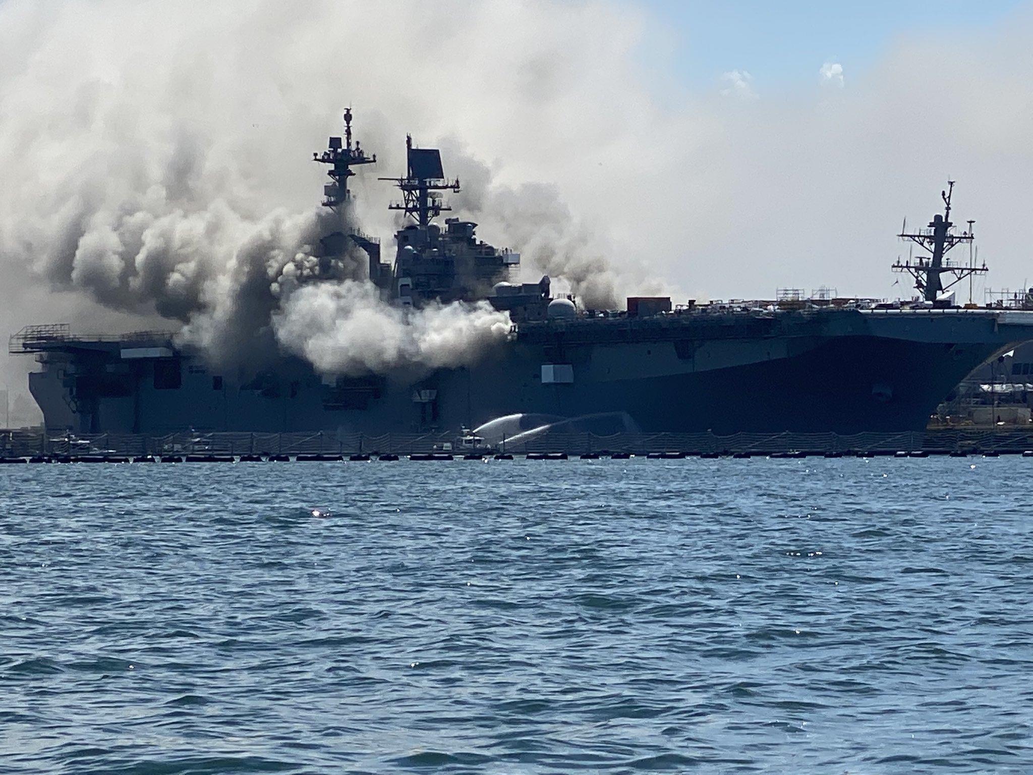 اندلاع حريق بسفينة تابعة للبحرية الأميركية في سان دييغو