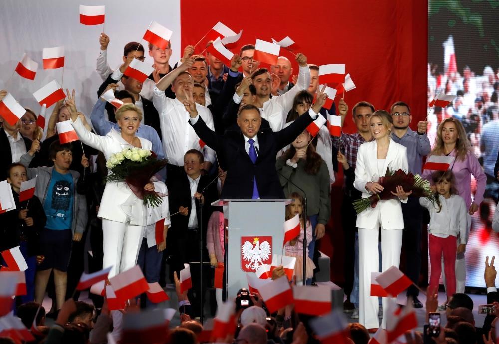 الرئيس البولندي دودا يتقدم بفارق طفيف في انتخابات الرئاسة