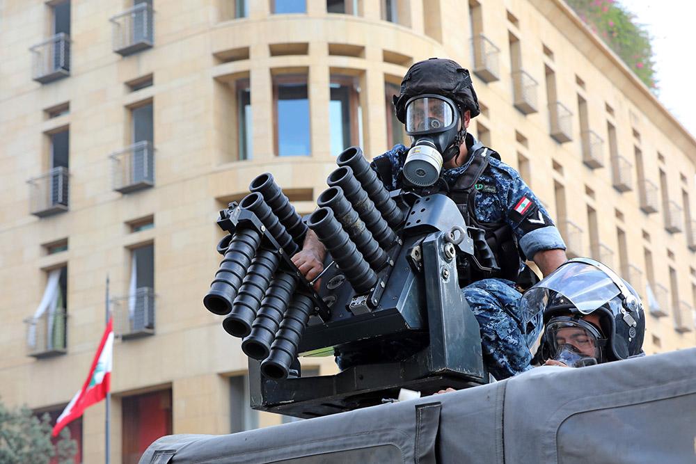 بالصور.. اشتباكات للمتظاهرين مع قوات الأمن وإصابات وسط بيروت