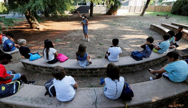 إيطاليا تحبس أنفاسها وتفتح مدارسها بعد إغلاق دام ستة أشهر