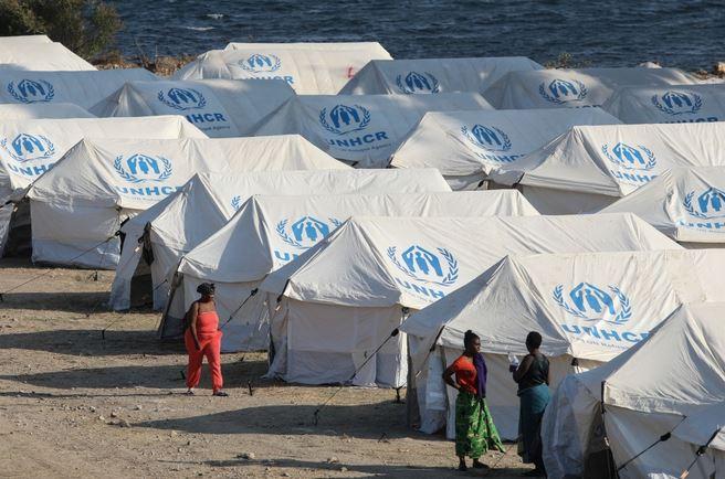 اليونان تعيد إيواء مهاجرين في مخيم موقت بجزيرة ليسبوس بعد احتراق خيامهم