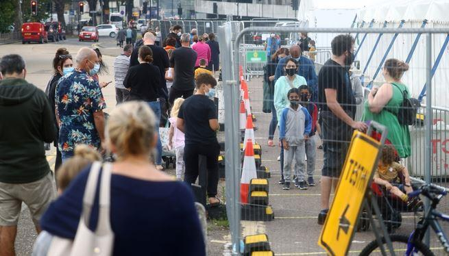 فوضى في فحوصات «كورونا» ببريطانيا والحكومة تتعهد بإصلاح الوضع
