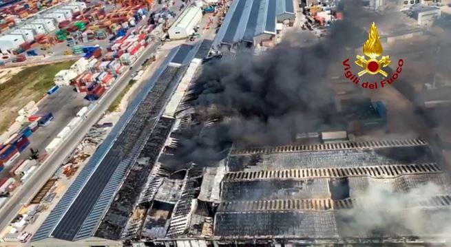 حريق ضخم في مرفأ إيطالي إثر انفجارات