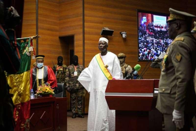 الرئيس الانتقالي في مالي يؤدي اليمين ويتعهد بنقل السلطة خلال 18 شهرا
