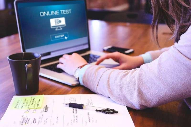 اختبارات إلكترونية قصيرة... «عن بعد»