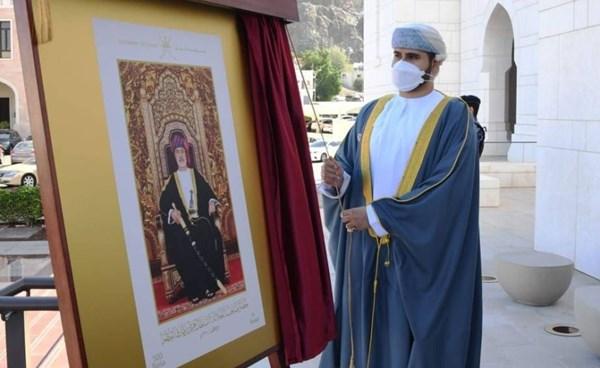 تدشّين أول طابع بريدي تذكاري يحمل صورة سلطان عمان