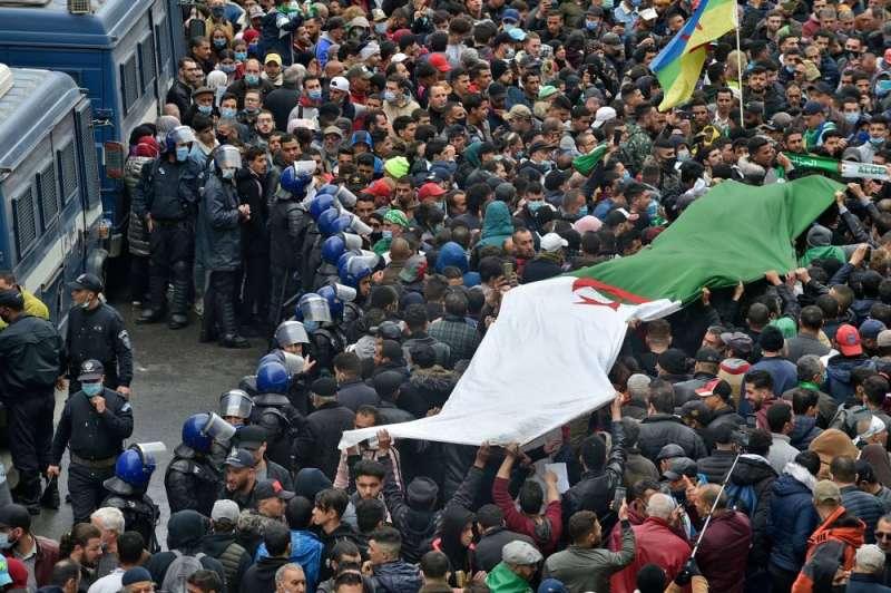الآلاف يحتشدون في العاصمة الجزائرية في الذكرى الثانية للحراك