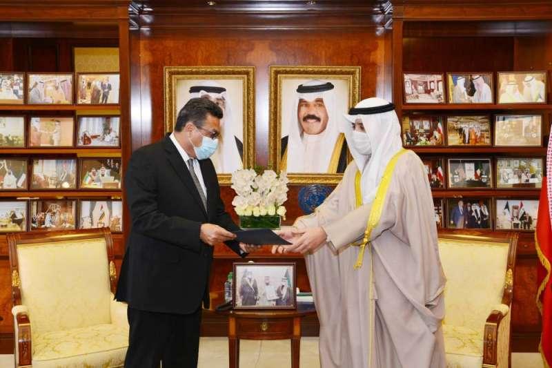 الناصر يتسلم رسالة خطية إلى سمو الأمير من الرئيس المصري