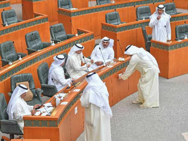 النواب يشلّون المجلس... والأزمة مفتوحة