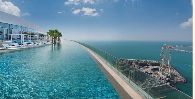 افتتاح أعلى مسبح لا متناهي في العالم في دبي